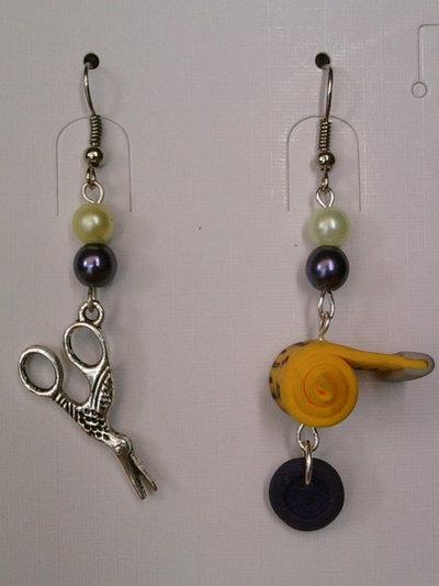 Orecchini con metro, bottone, forbice e perle fimo