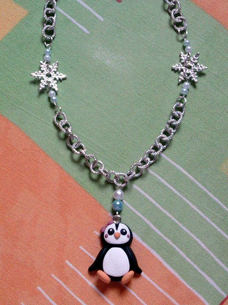 Collana con pinguina, fiocco di neve e perle fimo