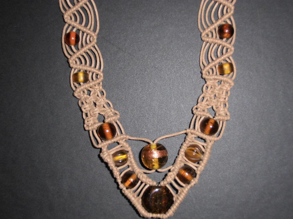 C29 Collana originale beige con lavorazione a macramè e perle di vetro-------necklace handmade with macramè technique and glass pearls
