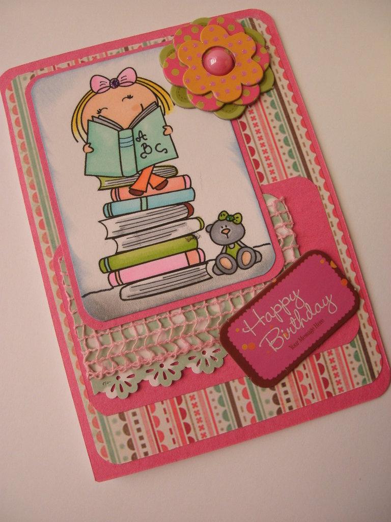 Biglietto buon compleanno rosa bambina pila libri orsetto brillantini nastino