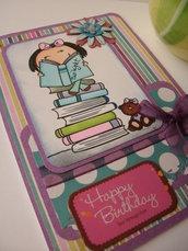 Biglietto buon compleanno viola verde blu bambina pila libri orsetto brillantini nastrino