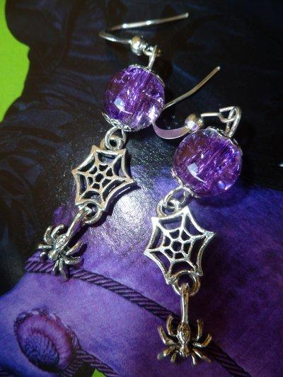 Orecchini con charms ragno e ragnatela in argento anticato e sfere craquelè viola