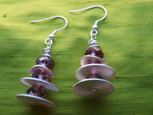 orecchini di perle brillanti viola e dischi argentati