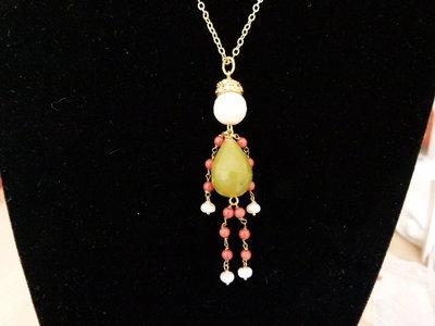 Ciondolo giada, corallo, perle e conchiglia