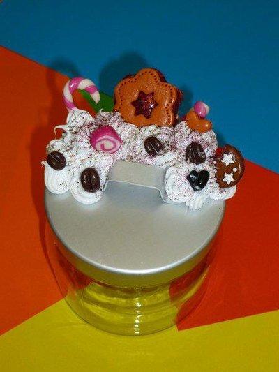 Barattolo piccolo con decorazioni sul coperchio