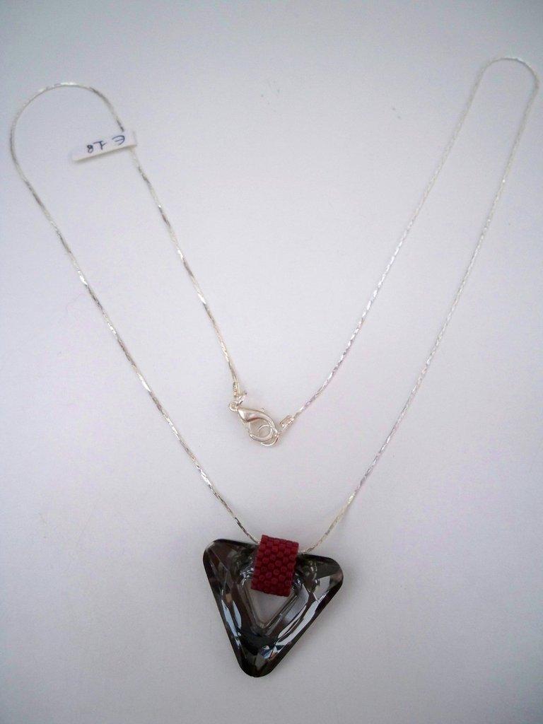 Collana con ciondolo triangolo grigio e rosso