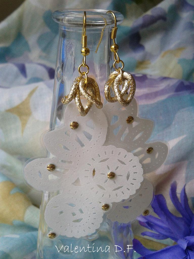 orecchini in pizzo di carta bianchi e dorati fatti a mano