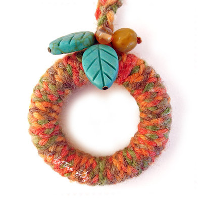 """Peace & Wool, orange"" - Collana in legno e lana"