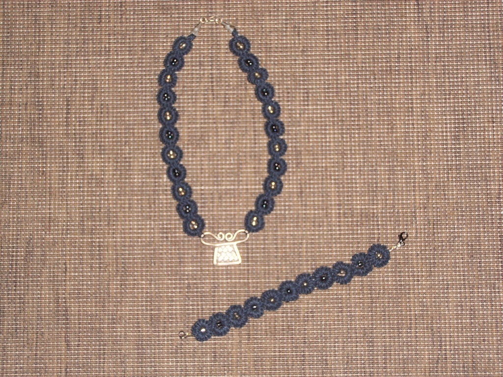 C2 collana & braccialetto a chiacchierino in cordino cerat5o blu---------blue collar necklace and bracelet made with tatting technique