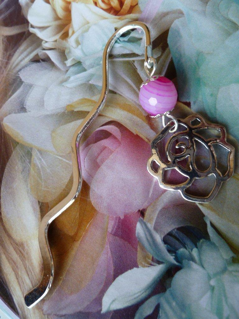 Segnalibro in metallo argentato con agata fucsia e rosa in argento anticato