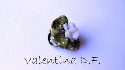 anello con fiore bianco e tessuto verde a pois