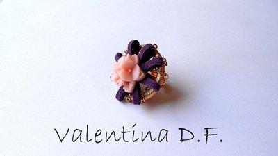 anello dorato con alcantara viola e fiore rosa
