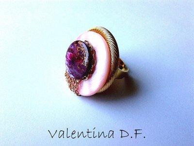 anello dorato con madreperla rosa