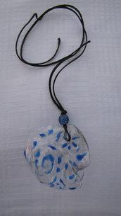 collana in plastica e decorazioni