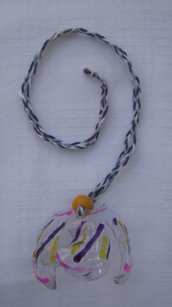 collana in plastica con decorazioni