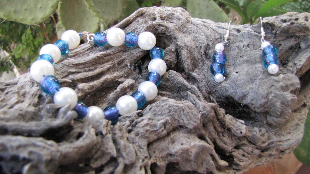 completo bianco e azzurro