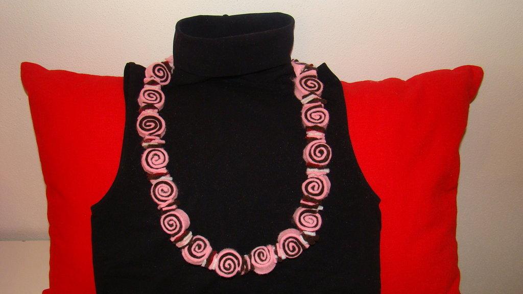 collana in pannolenci multicolore