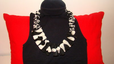 collana in pannolenci bianca e nera