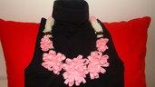 collana in pannolenci con fiori rosa