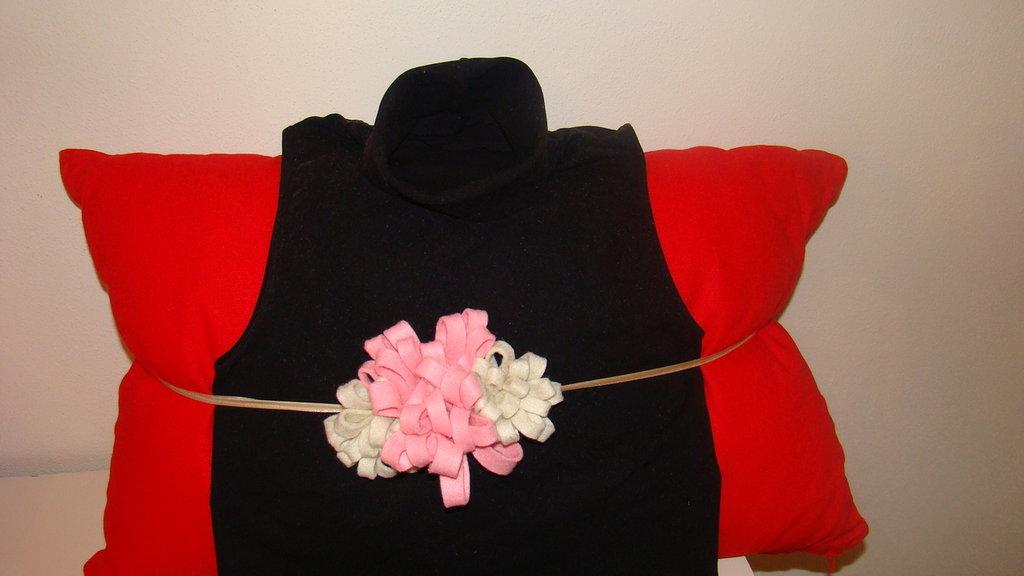 cintura con fiori in pannolenci applicati