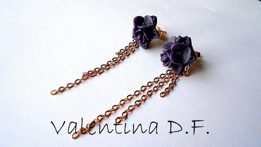 Orecchini con fiori viola e pendenti dorati