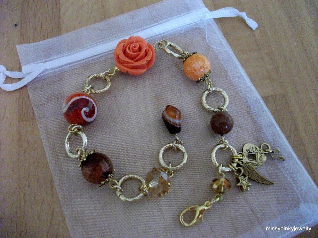 """Bracciale """"Caramel"""" arancio, oro, agata, corniola, feltro, cristalli, acrilico, vetro"""