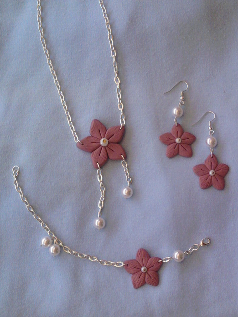 Parure collana, orecchini e braccialetto con perle e fiori fimo