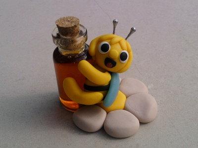Ape Maia con bottiglietta di miele fimo