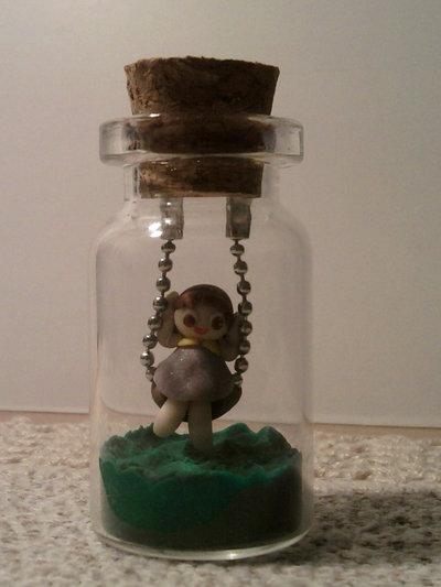 Bottiglietta 4 cm con bimba su altalena fimo