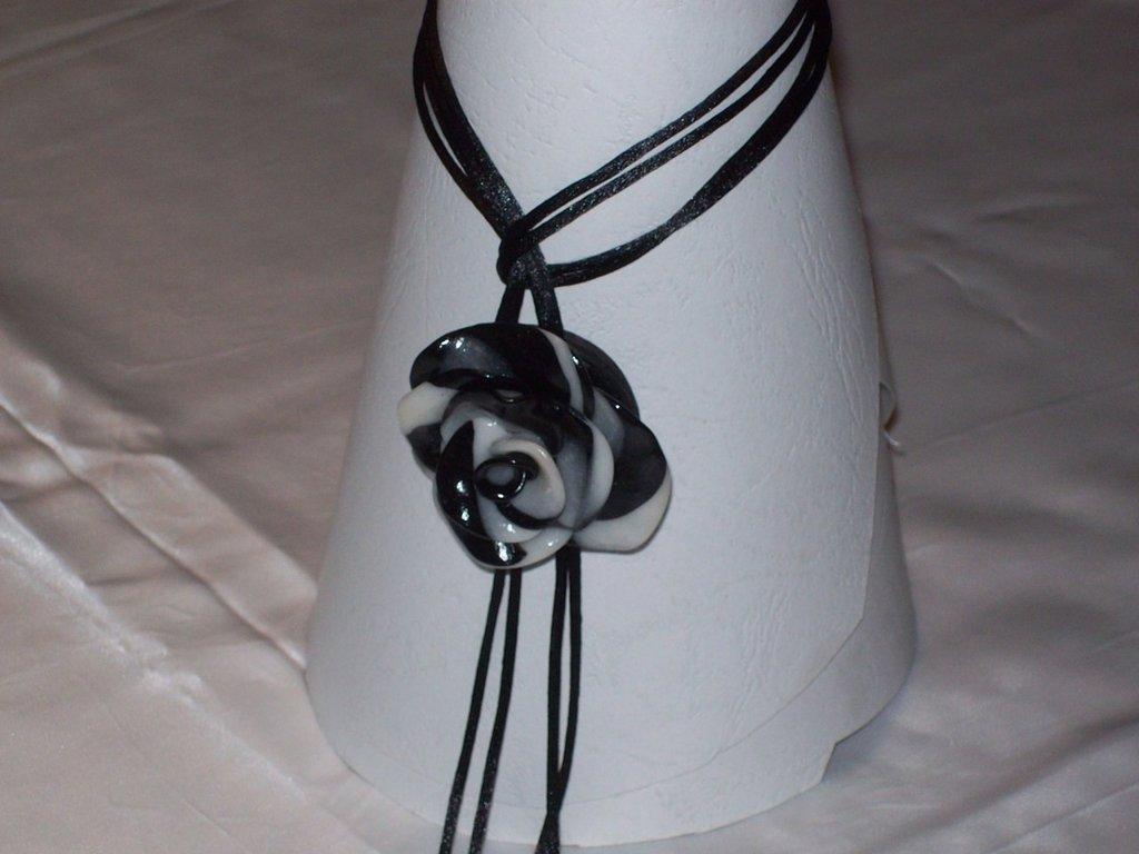 Collana rosa bianca e nera