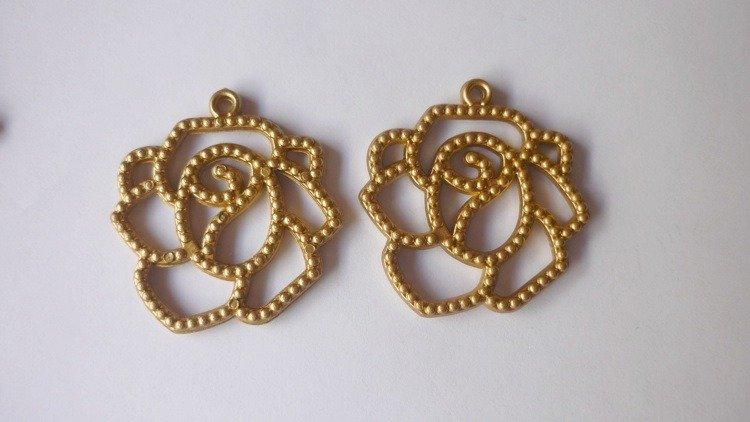 Filigrane in acrilico, floreali, ideali per realizzare orecchini.  Colori disponibili: marrone scuro, verde, dorato, fucsia e argento.   Dimensioni: 3,4 x 3,6 cm.