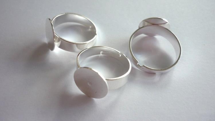 Nuove basi anello in ottone, color platino, regolabili. Nickel, piombo (Lead) e Cadmium free.  Dimensioni anello: 18-19 mm. Dimensioni base piatta: 25 mm.