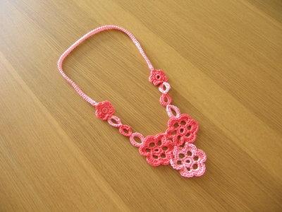 Collana fiore a croquet rosa-corallo