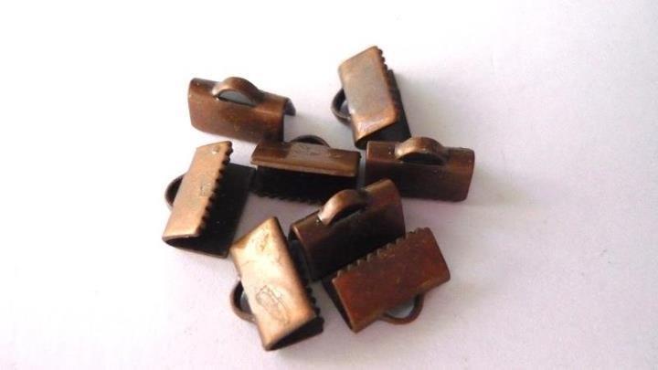 Terminale/chiusura per fettuccia, in ottone, color rame, Nickel free, Lead (piombo) free, Cadmium free.  Dimensioni: 10 x 7 mm