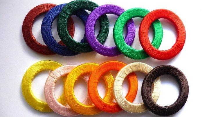 Cerchietti in legno ricoperti in tessuto, colori assortiti.  Diametro: 47 mm.  Set da 5 pezzi misti: 2,10 euro