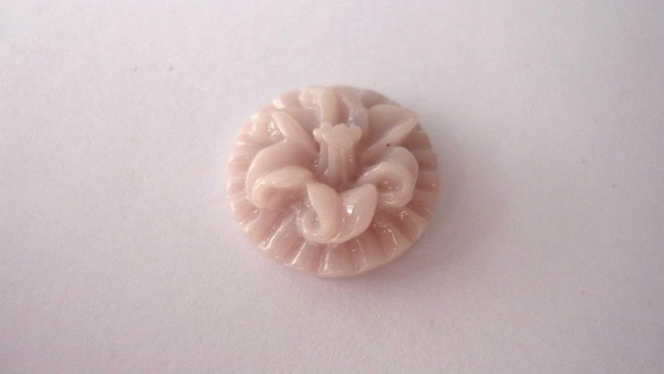 Cabochon in resina, Ibisco,   Dimensioni: 13x6 mm.