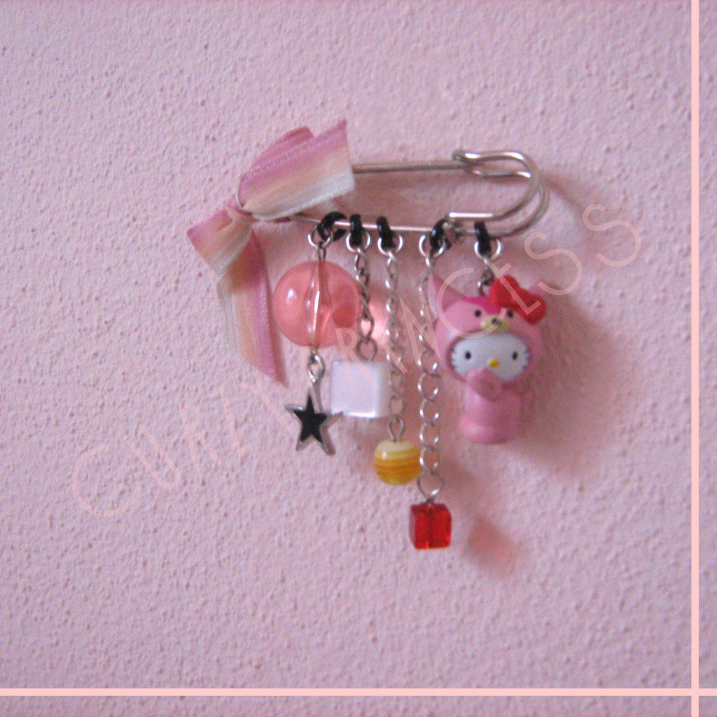 spilla HELLO KITTY cerbiatto e charms