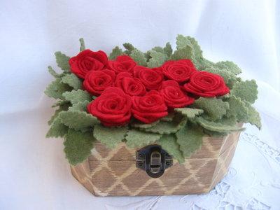 prato di rose rosse