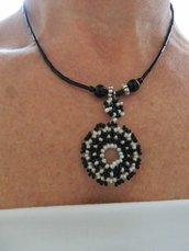 girocollo nero con medaglione di perline bianche e nere