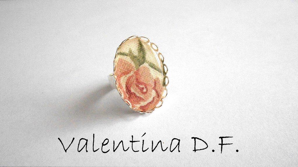 anello con cabochon in tessuto fantasia floreale