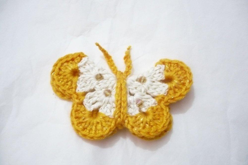 calamita farfalla con pietre all'uncinetto, su ordinazione anche in quantità e di diversi colori per bomboniere e ricorrenze!!!!!