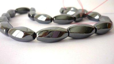 Hematite non magnetica, elementi ovali, sfaccettatura larga. Dark Gray.  Dimensioni: 20 x 9 mm.
