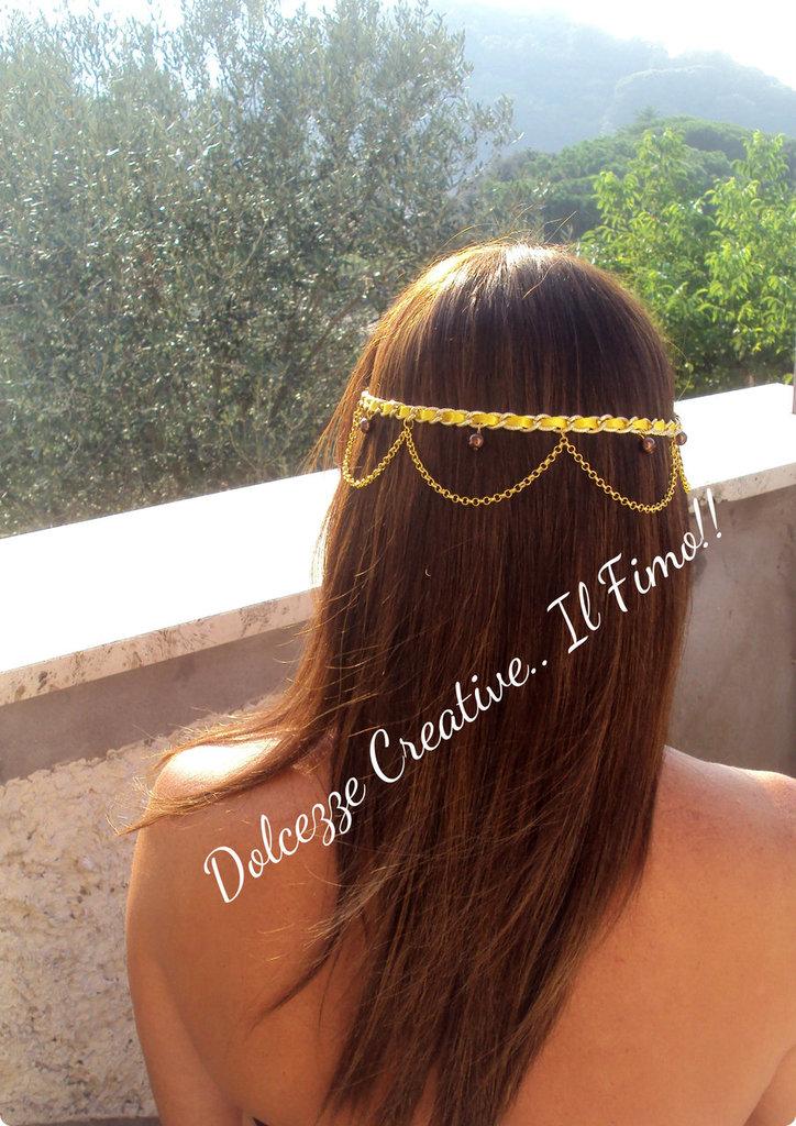 Coroncina decorativa per capelli: Oro e giallo, nastri e perle .