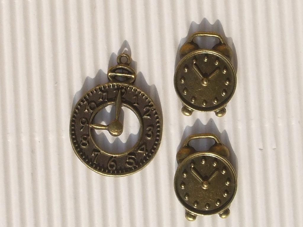 3 charms: 1 orologio + 2 sveglie bronzo vend.