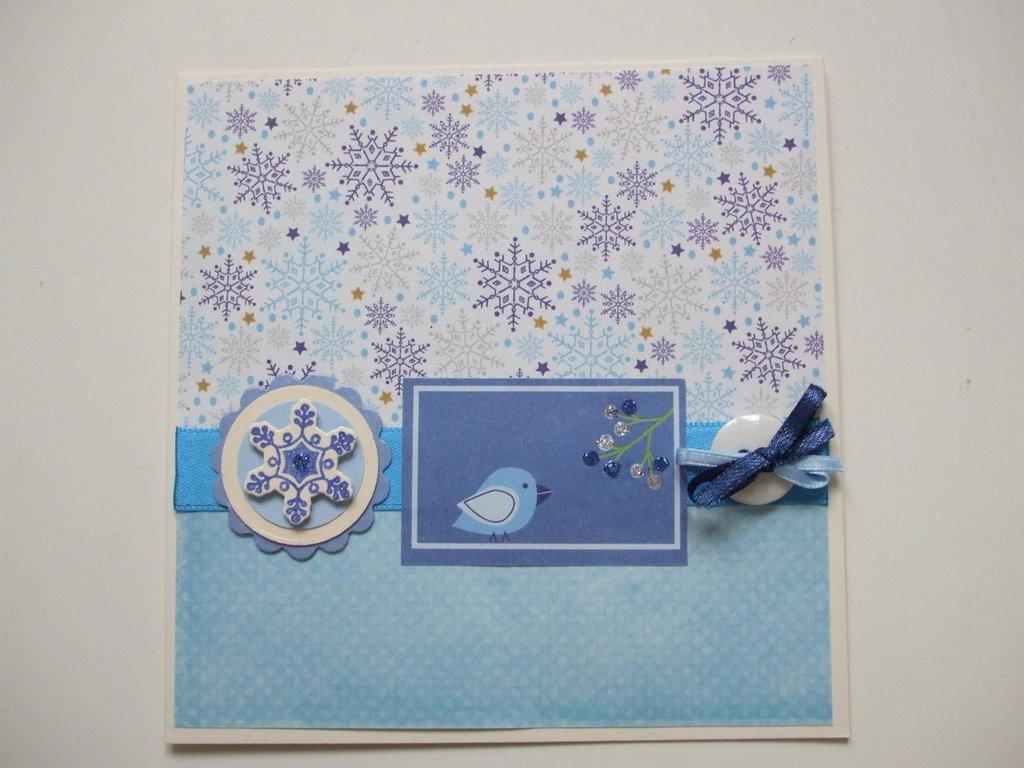 Biglietto Natale azzurro con uccellino e fiocchi di neve