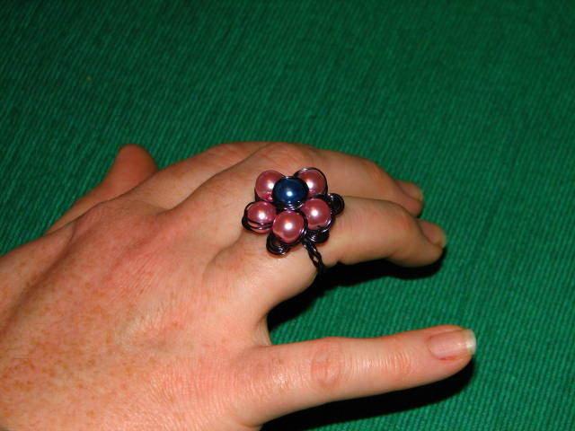 anello con fiorellone e spirali rosa e blu