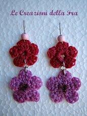Orecchini con fiori all'uncinetto rosa e fucsia