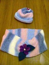 Sciarpa circolare e Cappello di lana con violette di feltro, realizzato a mano a maglia