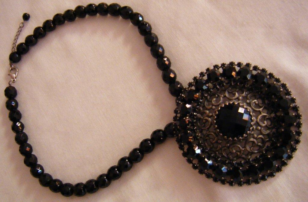 bellissima collana girocollo in mezzo cristallo con ciondolo grande