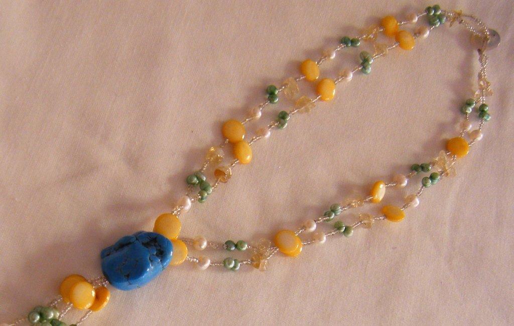 collana multicolori con pietre dure, perle di fiume e conteria